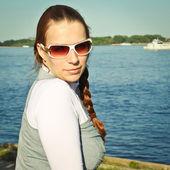 川の背景の上の少女の肖像画 — ストック写真