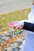 Las llaves en la palma de la novia — Foto de Stock