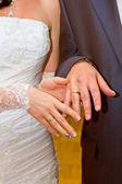 La novia lleva un anillo de boda para el novio — Foto de Stock