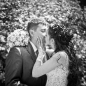 Kiss the bride and groom, black and white — Stock Photo