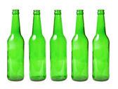 Botellas de vidrio verde en fila sobre un fondo blanco — Foto de Stock