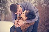 Młoda para całowanie w lesie zimą — Zdjęcie stockowe