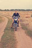 Adam bir motosiklet üzerinde bir ülke yolunda — Stok fotoğraf