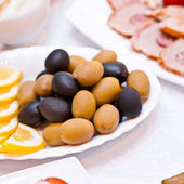 Olives and lemon slices on a plate — Foto Stock