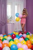 яркая девушка с воздушными шарами — Стоковое фото