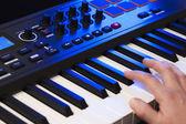 Mão jogando um teclado midi — Foto Stock