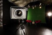 Lentille de caméra de télévision en studio fond vert — Photo
