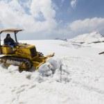 Bulldozer clears snow on Mount Tateyama, Japan — Stock Photo