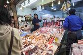 Bancarella del pesce al mercato nishiki, kyoto — Foto Stock