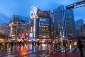 Pedestrians crossing rainy street in Shinjuku, Tokyo — Stock Photo