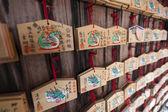 Tabuletas de madeira de oração no santuário xintoísta — Foto Stock