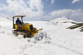 Bulldozer clears snow on Mount Tateyama, Japan — Stockfoto
