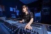 Hombre usando un sonido mezcla de escritorio — Foto de Stock