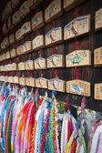 Comprimidos de oração do santuário xintoísta e guindastes de origami — Foto Stock