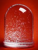 Globo de nieve sobre fondo rojo — Foto de Stock