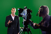 Apresentador no estúdio com a câmera de tv e operador de câmera — Foto Stock