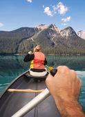 Paddla kanot på emerald lake — Stockfoto