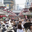 Tourists on Nakamise shopping street in Asakusa, Tokyo — Stock Photo