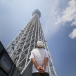 Man looks up at the Tokyo Skytree — Stock Photo