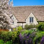 Quaint English Country Cottage — Stock Photo