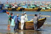 Fishermen prepare boat at Mui Ne, Vietnam — Stock Photo