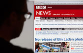 Man Looking at BBC News Website. — Stock Photo