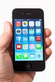 Mão segurando o apple iphone 4s — Foto Stock