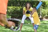 Familia afroamericana jugando béisbol — Foto de Stock