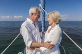 šťastný starší pár objímat na přední nebo na přídi lodě — Stock fotografie