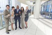 Hommes et femmes interracial équipe d'affaires avec ordinateur tablette — Photo