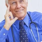 sorridente senior maschile medico con stetoscopio — Foto Stock