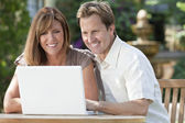 Man & Woman Couple Using Laptop Computer In Garden — Stockfoto