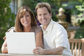 Man & Woman Couple Using Laptop Computer In Garden — Stock Photo