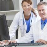 コンピューターを使って男性女性病院医師 — ストック写真