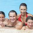 famiglia felice in piscina — Foto Stock