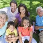 föräldrar farföräldrar barn familj avkopplande utanför — Stockfoto