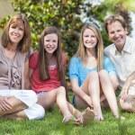 rodzice dzieci rodziny zdrowe, siedząc w ogrodzie — Zdjęcie stockowe