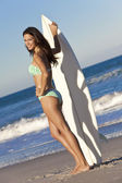 Güzel kadın sörfçü bikini Plajı'nda sörf tahtası ile — Stok fotoğraf