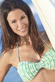 サーフボードのビーチでビキニで美しい女性サーファー — ストック写真
