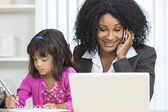 Niño mujer afroamericana empresaria teléfono celular — Foto de Stock