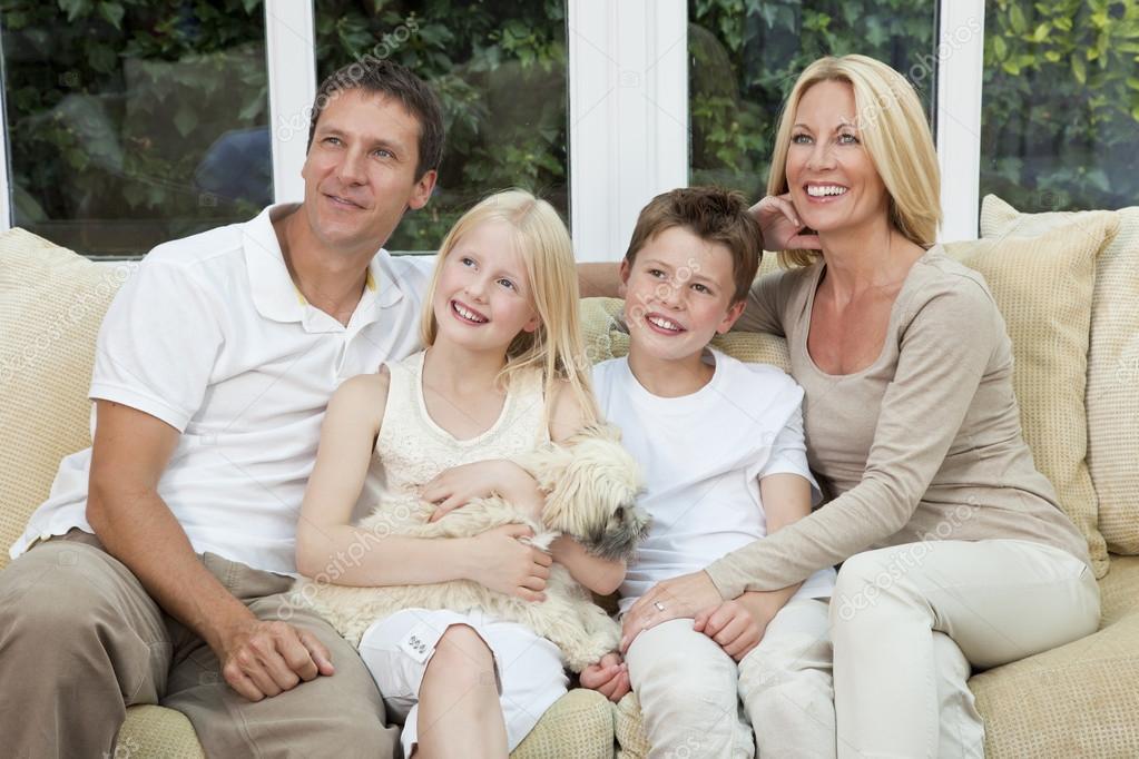 famille heureuse s 39 amuser assis la maison avec chien photographie spotmatikphoto 21643497. Black Bedroom Furniture Sets. Home Design Ideas