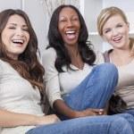 Межрасовые группы трех красивых женщин друзьям смеется — Стоковое фото