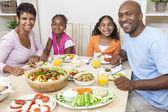 Afroamerikaner eltern-kinder-familie essen am esstisch — Stockfoto