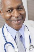 Senior homme médecin afro-américain avec stéthoscope — Photo
