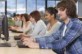группа студентов с использованием компьютеров в колледже — Стоковое фото