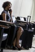 African american vrouw meisje op mobiele telefoon luchthaven — Stockfoto