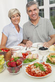 Par edad media saludable comer mesa de ensalada — Foto de Stock