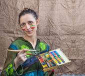 Kobieta artysta z pędzli i farb — Zdjęcie stockowe