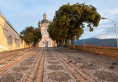 El largo camino a la iglesia — Foto de Stock