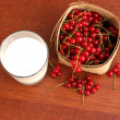 Foto Stock: Glass of milk and fresh red currant